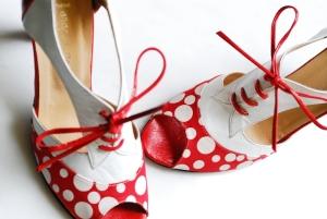 Ξεκινάω το blog μου με ένα από τα αγαπημένα μου αξεσουάρ που δεν είναι άλλο από τα παπούτσια !! Και τι παπούτσια .... χειροποίητα με ιδιέτερο γούστο και αδιαμφισβήτητα με άποψη...Δια χειρός Angela Rapti...