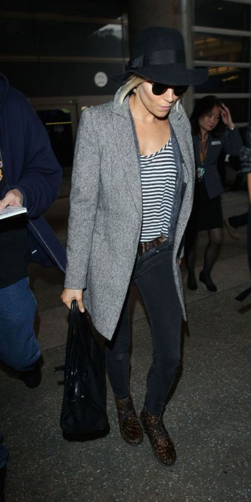 sienna-miller-at-lax-airport-january-2015_1
