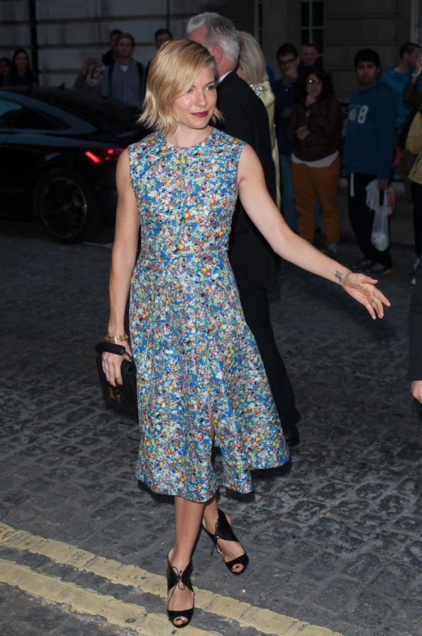 Sienna-Miller-dress-UK-film-premiere-of-Effie-Gray-4